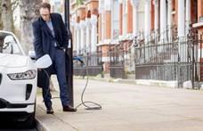 Most már elektromos sugárút is van Londonban, ahol a lámpaoszlopokról lehet tölteni a villanyautókat