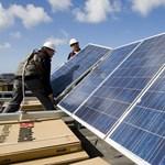 Az áramszolgátatók körmére éghetnek a napelemes tetők