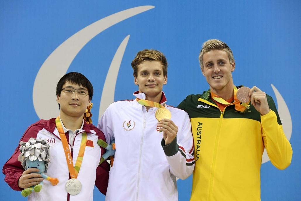 mti.16.09.17. - Az aranyérmes Tóth Tamás (k), a második helyezett kínai Liu Hsziao-ping (b) és a harmadik helyen végzett ausztrál Brenden Hall az S9-es kategória 100 méteres hátúszásának eredményhirdetésén a riói paralimpián. - 7képei