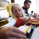 Mitől olyan boldog a Lego népe? Mert másképp szólnak a gyerekükhöz