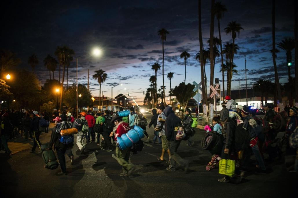 afp.18.11.20. Közép-amerikai bevándorlók az Egyesült Államok felé haladnak egy jobb élet reményében